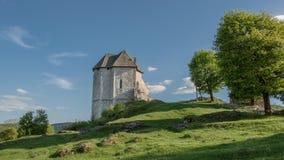 堡垒Sokolac的遗骸在Brinje,克罗地亚村庄  免版税库存照片