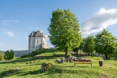 堡垒Sokolac的遗骸在Brinje,克罗地亚村庄  图库摄影
