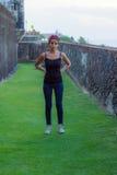 堡垒St Cristobal护城河的女孩 免版税库存图片