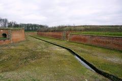 堡垒Terezin在波希米亚(捷克),前集中营镇的垄沟  库存照片