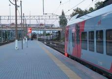 维堡,俄罗斯2016年9月03日:在火车站平台的高速火车在维堡,俄罗斯 库存照片