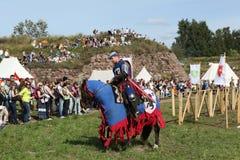 维堡,俄罗斯- 2013年8月17日:骑士的骑马比赛照片  免版税库存图片