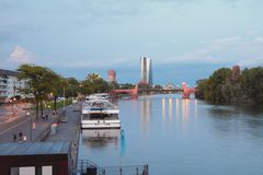 堤防、停泊、河和桥梁 法兰克福德国主要 图库摄影