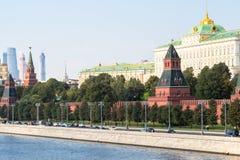 堤防和克里姆林宫墙壁在莫斯科市 免版税库存照片