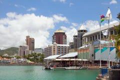 堤防和城市 路易斯・毛里求斯端口 免版税库存照片