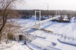堤防和步行桥横跨乌拉尔河在奥伦堡 库存照片