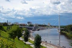 堤防和步行桥的看法 免版税库存照片