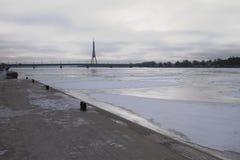 堤防和河 拉脱维亚里加 免版税图库摄影