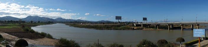 堤防和Dakbla河 免版税库存照片