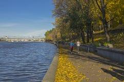 堤防在一美好的10月天。 免版税库存照片
