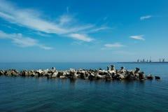 堤防在海 免版税库存照片