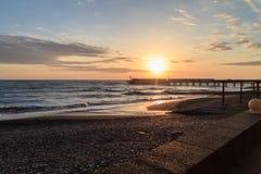 堤防在爱德乐,索契 黑海 明亮地被绘的堤防 日落 库存图片