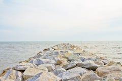 堤防巨大的海运石头 库存图片