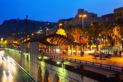 堤防晚上视图与哥伦布纪念碑的 巴塞罗那 库存照片