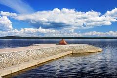 堤防湖onega彼得罗扎沃茨克金字塔 免版税库存照片