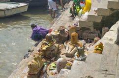 堤防瓦腊纳西河在lingam的印度 库存照片