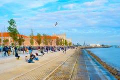 堤防的人们 里斯本葡萄牙 免版税库存图片