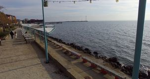 堤防的夏天餐馆在秋天波摩莱的老部分在保加利亚 库存图片