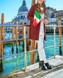 堤防的妇女与调查距离的意大利旗子 库存照片