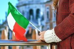堤防的微笑的妇女在拿着意大利旗子的威尼斯 免版税库存图片