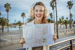 堤防的微笑的现代妇女在巴塞罗那,有地图的西班牙 免版税库存图片