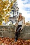 堤防的旅游妇女在埃佛尔铁塔附近在巴黎,法国 图库摄影