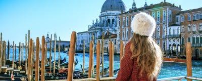 堤防的旅行家妇女在威尼斯探索的吸引力 免版税库存照片