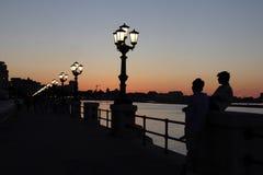 堤防的看法在日落期间的 库存图片