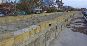 堤防的石装饰在保加利亚语波摩莱手段的  免版税库存照片