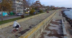 堤防的骑自行车者在波摩莱,保加利亚 图库摄影