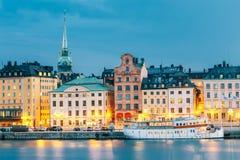 堤防风景看法在斯德哥尔摩的老部分的夏天晚上 免版税库存图片