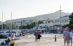堤防餐馆船视图雅尔塔 免版税库存图片