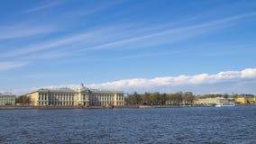 堤防neva彼得斯堡河st大学视图 库存照片