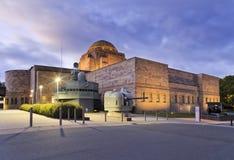 堪培拉战争纪念建筑后面上升大炮 库存照片