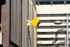 堪培拉,澳大利亚- 2018年7月13日:在他们的堪培拉民事分支一边的澳洲联邦银行商标 免版税库存照片