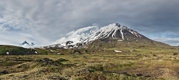 堪察加全景山风景:卵形Zimina火山 免版税库存照片