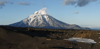 堪察加全景风景:Bolshaya乌季纳火山火山 免版税库存照片