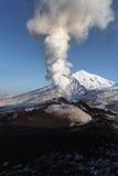 堪察加半岛的本质:爆发火山 免版税库存图片