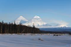堪察加半岛美好的火山的风景  免版税库存图片