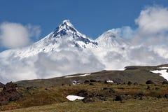堪察加半岛:看法卡梅尼火山火山和Kliuchevskoi火山 图库摄影