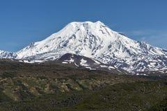 堪察加山风景:伊钦斯基火山火山 库存图片