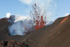 堪察加山风景:爆发扎尔巴奇克火山火山 库存图片