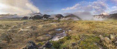 堪察加活火山有多雪的小山的在日落 库存图片