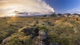 堪察加活火山有多雪的小山的在日落 免版税库存图片