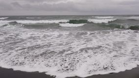 堪察加海景:火山的沙子海滩的看法在山和火山背景的太平洋  影视素材