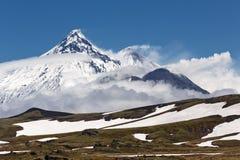 堪察加火山群:卡梅尼火山, Kliuchevskoi,别济米安纳火山 库存照片