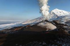 堪察加的本质:爆发扎尔巴奇克火山火山 免版税库存图片