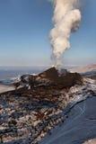 堪察加的本质:爆发扎尔巴奇克火山火山 图库摄影