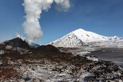 堪察加的本质:爆发活跃扎尔巴奇克火山火山 免版税图库摄影