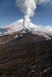 堪察加的美好的本质:爆发火山 免版税库存图片